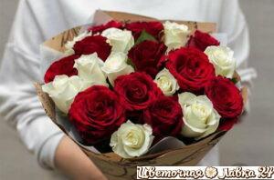Букет из белых и красных роз